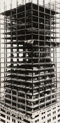 Een foto van de bouw de Chrysler Building in New York uit 1929. Boven wordt de constructie gebouwd, 20 verdiepingen lager zijn de gevels geplaatst.  (via architectureofdoom: jesuisperdu: walker evans)