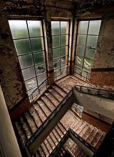 Forsaken stairs, by stengchen.