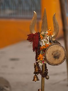 Trishul, or Trident of Lord Shiva, with the drum (dumroo) Puja tools Shiva Linga, Mahakal Shiva, Shiva Art, Lord Shiva Hd Wallpaper, Lord Vishnu Wallpapers, Lord Ganesha, Lord Krishna, Namaste India, Hindu Rituals