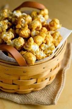 Salted Whiskey Caramel Corn for bar snacks Sweet Popcorn, Popcorn Snacks, Gourmet Popcorn, Popcorn Recipes, Snack Recipes, Popcorn Mix, Popcorn Bowl, Flavored Popcorn, Party Recipes
