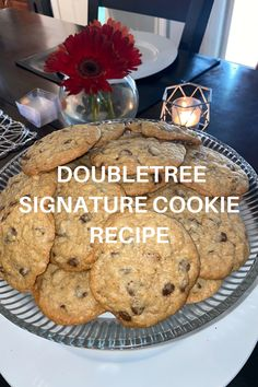 Hilton has released their famous DoubleTree Signature Cookie Recipe and they are delicious. Chip Cookies, Cookies Et Biscuits, Dinner Recipes, Dessert Recipes, Desserts, Cookies And Cream, Cookie Bars, Cookie Recipes, Brownies