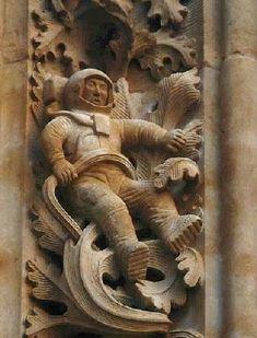 """HOAX - """"Bas-relief d'une cathédrale de Salamanque - XIIème siècle""""  ce cosmonaute a été ajouté par l'artiste chargé de la restauration de la Porte de rameaux de la cathédrale de Salamanque (Espagne) en 1992"""
