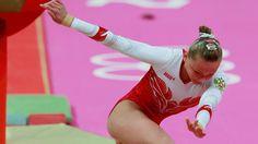 Maria Paseka, atleta russa da ginástica cai do cavalo na final por equipes desta terça-feira