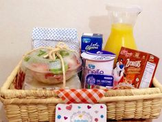 SoRpReSa Desayuno  Pedidos:  (318) 385-1187 - (317) 636-3792 www.sorpresacali.com Breakfast Picnic, Breakfast Basket, Birthday Breakfast, Breakfast Items, Breakfast In Bed, Easy Gifts, Creative Gifts, Snack Box, Lunch Box