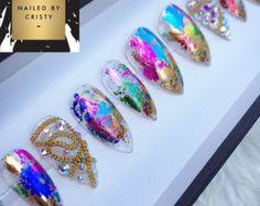 Color de rosa de oro prensa en clavos cromo con cristal de Swarovski acento 2 clavos. Disponible en cualquier forma y tamaño. Tallas: XS, S, M, L XS: PULGAR 3, PUNTO 6, MEDIA 5, ANILLO 7, PINKY 9 ANILLO DE PULGAR DE S: 2, PUNTO 5, 4, MEDIOS 6, PINKY 9 M: PULGAR 1, PUNTO 5, 4, MEDIOS 6, PINKY 8 DEL ANILLO ANILLO DE PULGAR DE L: 0, PUNTO 4, MEDIA 3, 5, PINKY 7 Con su orden usted recibirá un mini archivo de clavo, palillo de madera naranja y buffer así como instrucciones sobre cómo apli...
