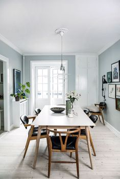 Light blue walls makes a great contrast for the dark wooden chairs. A mix that includes the classic wishbone chair by Wegner. Dining Room Blue, Dining Room Walls, Dining Room Lighting, Living Room Chairs, Blue Walls Kitchen, Interior Wall Colors, Room Interior, Interior Design, Chair Design Wooden