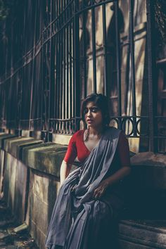 Shweta Tripathi shot in Colaba in the Backdrop of Iconic Buildings Like Elphinstone College and David Sasoon Library. Portrait Photography Poses, Couple Photography Poses, Indian Photography, Best Photo Poses, Girl Photo Poses, Girl Poses, Indian Photoshoot, Saree Photoshoot, Beauty Full Girl