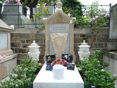 Tombe de Jean-Claude Brialy au cimetière de Montmartre à Paris.
