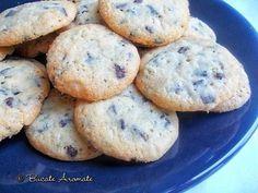 Biscuiti crocanti, cu aroma bogata de unt si bucatele de ciocolata care se topesc in gura. Un rasfat minunat langa o ceasca de ceai sau de cafea.
