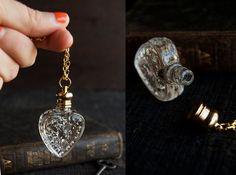 Collier de bouteille de parfum - victorien Potion amulette - Choisissez votre parfum - coeur 4ml par TheParlorApothecary sur Etsy https://www.etsy.com/ca-fr/listing/163968248/collier-de-bouteille-de-parfum-victorien