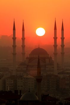 The sun rises on Istanbul - Everyone should visit Turkey at least once in their lifetime~