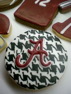 Houndstooth Alabama cookies.....I could do this with my Red Velvet cupcakes :)