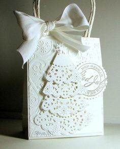 I don't use gift bags, but I like the idea of using paper doilies to create a tree.made from scrapping paper.& the tree is made from paper lace doilies. Christmas Tree With Gifts, Diy Holiday Gifts, Christmas Gift Bags, Christmas Gift Wrapping, Handmade Christmas, Holiday Ideas, White Christmas, Paper Lace Doilies, Doilies Crafts