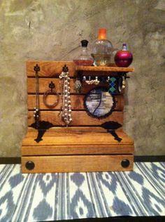 Joyero Colgante de Madera y Forja con cajón guarda objetos, colgadores, cuelga anillos, espejo y pequeña estantería.