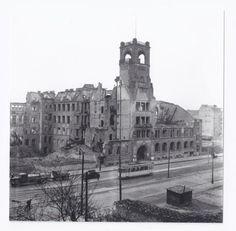 Die Ruine der ehemaligen Hohenzollernschule an der Martin-Luther-Straße, ebenfalls 1950.