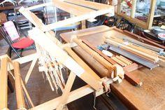 機織り機 グリモクラ スウェーデン 4枚綜絖 他部品中古 商品詳細 機織り機 の中古品です。 本体からスウェーデン はグリモクラの機織り機とわかります。 調べましたところ、4枚綜絖のお品のようです。 また、テーブルにかませて使う折りたたみできるタイプと見受けられます。 その他にも木製の枠それに差し込める多くの木製の棒など、機織りに関係あるであろうパーツをおつけします。 詳しくありませんので、機織り機に関しまして、正しく部材が揃っているかがわかりかねます。 残念ですが、足を止める際のナットがございませんでし