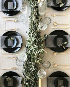 Ways to Set a Non-Stuffy Dinner Party Table the perfect place setting for Thanksgiving, Christmas, New Years or any dinner party!the perfect place setting for Thanksgiving, Christmas, New Years or any dinner party! Christmas Table Settings, Wedding Table Settings, Setting Table, Dinner Table Settings, Christmas Place Setting, Christmas Tables, Wedding Tables, Wedding Receptions, Proper Table Setting
