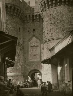 Vogue 1930 The medieval gate of Saint Catherine at Rhodes. (Photo by Arnold Genthe/Condé Nast via Getty Images) Rare Photos, Old Photos, Greece Rhodes, Old Greek, Greek House, Greek History, As Time Goes By, Medieval Town, Stock Pictures