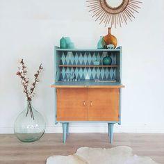 secrétaire design rétro bleu, bois, vintage rénové, papier peint graphique, miroir rotin, dame jeanne