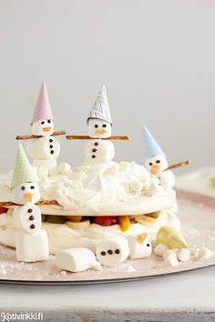 Lumiukkojen marenkikakku | Kotivinkki Meringue Cake, Love Cake, Pavlova, Food Presentation, Food N, Yummy Cakes, Food Inspiration, Kids Meals, Birthday Candles