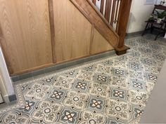 Wil jij ook zo'n mooie hal met Portugese cementtegels? We hebben een mega collectie Portugese tegels en Marokkaanse tegels! Tile Floor, Flooring, Tile Flooring, Wood Flooring, Floor