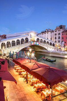 Puente Rialto. El puente más grande y uno de los 4 puentes ubicados en el Gran Canal de Venecia.
