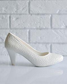 Свадебные туфли: H13-A01 - http://vbelom.ru/catalog/svadebnye-tufli-h13-a01/ Изящные свадебные туфли на низком каблуке.  Туфли декорированы элегантным цветочным тиснением. На удобном каблуке, с закругленным мысом. Великолепные туфли для великолепной невесты!