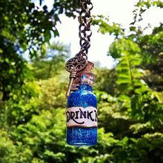 Colar Drink Me Alice no País das Maravilhas Pingente de vidrinho com glitter Pingente de Chave Corrente ouro velho