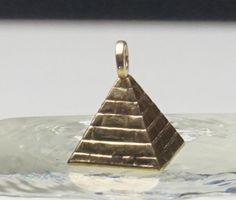 9ct Yellow Gold 3D Egyptian Pyramid Charm/Pendant, 0.54g.