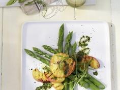 Rezept: Salat aus grünem Spargel mit Pfirsich und Minzvinaigrette