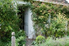 Monk's House - Country retreat of Virginia and Leonard Woolf source Character Home, Cottage Exterior, Call Art, English House, Nature Plants, Dream Garden, Mother Nature, Landscape Design, Small Spaces