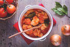 Il coniglio alla cacciatora è un secondo piatto tipico italiano in cui le sue carni bianche vengono insaporite con erbe aromatiche e sugo di pomodoro. Rabbit Dishes, Cacciatore, Recipes From Heaven, Fett, Italian Recipes, Italian Foods, Curry, Favorite Recipes, Ethnic Recipes