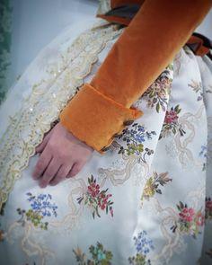 Contrastes elegantes pero atrevidos. #eduardocerveraindumentaria #eduardocervera #indumentariavalenciana #indumentariafallera #indumentaria #indumentariafemenina #valencia #fallas #detalle #manga #moda #costura #tejido #foto