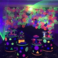 The neon party is super retro but returned to fashion and is conquering the world. See inspirations and tutorials fun this mega party! 80s Birthday Parties, Neon Birthday, Cake Birthday, Glow Party Decorations, Birthday Party Decorations, Girls Party, Teen Party Games, Sleepover Party, Slumber Parties