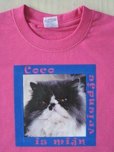 De kat van onze vrienden is het beste vriendje van het overbuur meisje. Roze t-shirt, maatje 2 jaar, met full color applicatie van Coco en daaromheen een blauwe flockrand waaruit de tekst is gesneden.