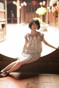 (画像4/8) 少しアンニュイな表情/『浜辺美波写真集voyage』より(写真提供:KADOKAWA) - 浜辺美波、初めての海外旅行へ 無垢で自然な表情切り取った写真集