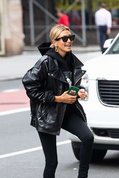Hailey Bieber Goes Shopping, These Are The Black Denim Jeans.- Hailey Bieber G. Hailey Bieber Goes Shopping, These Are The Black Denim Jeans.- Hailey Bieber Goes Shopping, These Are The Black Denim Jeans She Buys Spring Outfit Women, Winter Outfits For Teen Girls, Winter Fashion Outfits, Look Fashion, Fall Outfits, Denim Fashion, Classy Fashion, Party Fashion, Fashion Fashion