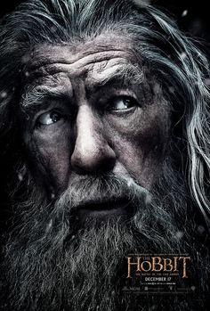 GANDALF , interpretado por IN MC KELLEN , es un Istar (mago) considerado junto a Merlin el estereotipo del mago en la cultura occidental , También conocido como MITHRANDIR su nombre Sindarin utilizado por los altos elfos , ayuda a los hombres en la lucha contra el señor oscuro Sauron