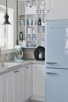 Une porte de frigo bleue pour une touche discrète de couleur dans cette cuisine aux tons pâles #dccv #cuisine #pastel #frigo