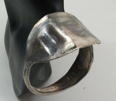 Silberarmreifen gehämmert Besteckschmuck  129 von Atelier Regina auf DaWanda.com