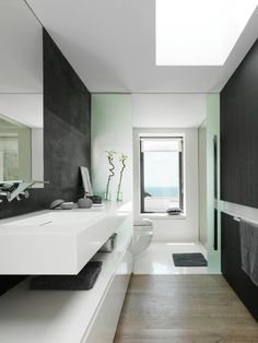 Nowoczesna łazienka w czerni i bieli - zobacz jak wygląda nowoczesna czarno-biała łazienka w luksusowym domu na wybrzeżu Hiszpanii i zainspiruj się!