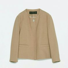 Para abrigarnos si corre un poquito de brisa, os proponemos un blazer en tonos tostados con aplique de Zara (39,95€).