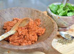 That's hot! Rode pesto met zongedroogde tomaat en een rood pepertje. Het lekkere aan pesto vind ik dat je het kan verwerken in gerechten en salades, maar ook kunt smeren op een toastje. Na de klassieke groene pesto is dit … Continue reading →