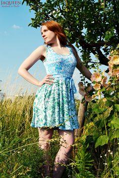 Weißes, feminines Sommerkleid mit Muster in dunkelgrün und türkis, aus elastischen, blickdichten Viskosejersey.     Das knielange Kleid ist bis kur...