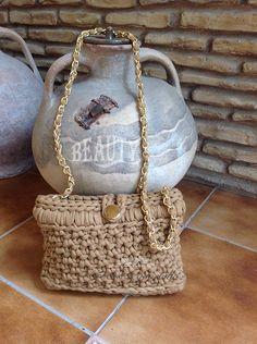 Bolso de trapillo con color camel con detalles en oro by Crochet o ganchillo