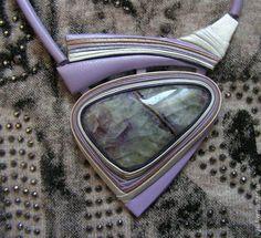 Pingentes artesanais.  Mestres Fair - feito à mão.  couro Comprar pingente com fluorite .. Handmade.  Lilás, fluorite