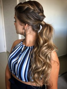 What's the Difference Between a Bun and a Chignon? - How to Do a Chignon Bun – Easy Chignon Hair Tutorial - The Trending Hairstyle African Braids Hairstyles, Down Hairstyles, Braided Hairstyles, Easy Chignon, Braided Chignon, Short Hair Updo, Curly Hair Styles, Natural Hair Styles, Wedding Guest Hairstyles