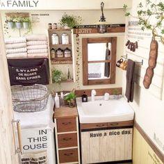 我が家の洗面所は狭いだけではなく、歪な形で棚を置くスペースもないんです。 古くてごちゃごちゃして不気味で…ここなんとかして欲しいって言われ続けて見て見ぬ振りしてきましたが、洗濯機以外撤去して大改造しました。 ホームセンターで洗面台のみ購入、後は手づくりです。 前の恐ろしくごちゃついた洗面所が生まれ変わりました。