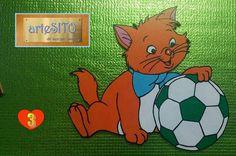 """Il gattinocolor """"arancione"""" misura cm. 25,5X22,5. Ama giocare col pallone."""
