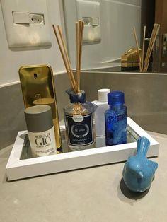 Inspiração para banheiro masculino - Bandeja organizada com perfumes e aromatizador de ambiente e o detalhe do passarinho azul para decorar o ambiente